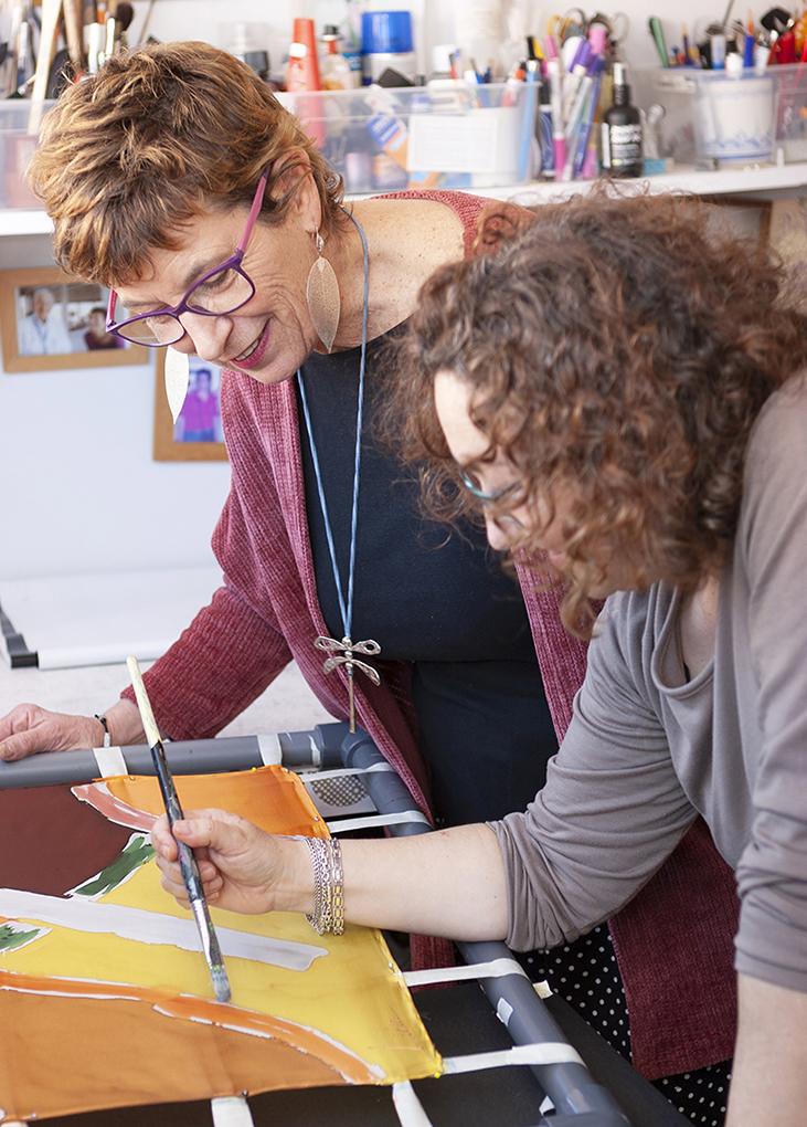 Berit Hals impartiendo un curso de pintura sobre seda